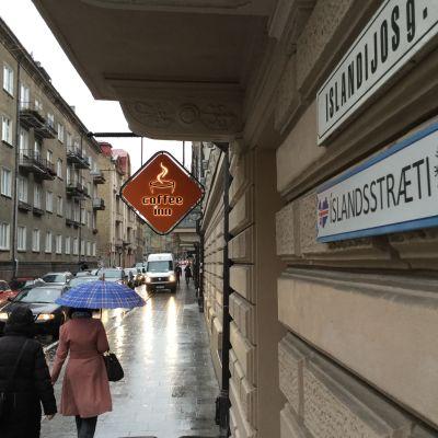 En gatuskylt i Litauen där gatan har två namn varav det ena är på isländska.