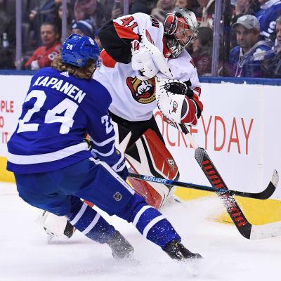 Torontos Kasperi Kapanen och Ottawas målvakt Craig Anderson.