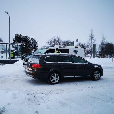 Rajavalvontaa Ruotsin vastaisella rajalla. Rajavartijat puhuttavat saapuvissa autoissa istuvia kuljettajia.
