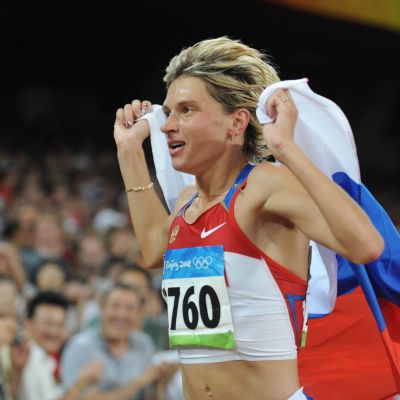 Jekaterina Volkova firar med rysk flagga.