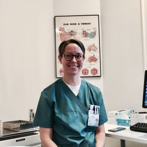 Lena Hafrén sitter vid sitt arbetsbord vid Kirurgiska sjukhuset i Helsingfors.