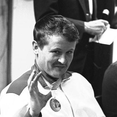 Jorma Kinnunen vuoden 1968 olympiahopea kaulassaan.