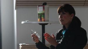 Kirjailija Cecilia Samartin puhuu lehdistötilaisuudessa.