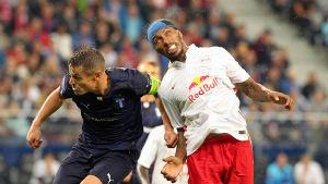 Målskytten Markus Rosenberg (t.v.) och Paulo Miranda kämpar om en boll under det första mötet.