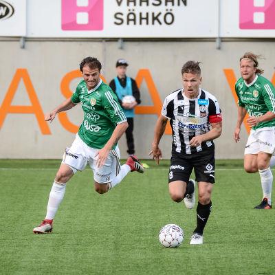 Mehmet Hetemaj och Sebastian Strandvall gör upp om herraväldet i Österbotten.
