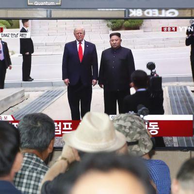 Eteläkorealaiset katselivat uutisia Donald Trumpin ja Kim Jong-unin tapaamisesta Soulissa sunnuntaina.