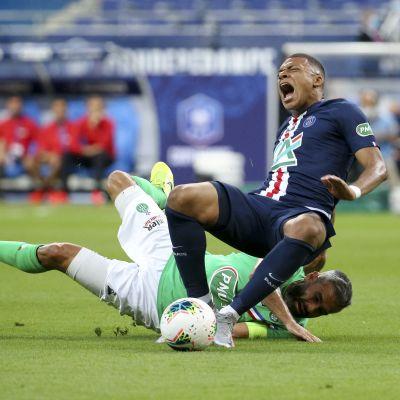 PSG-tähti Kylian Mbappe loukkaa nilkkansa Loic Perrinin taklauksesta.