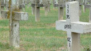 Kors i betong på en begravningsplats.