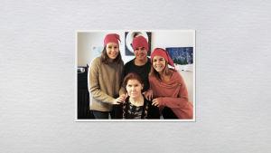 Kati Parkkinen äidin ja sisarusten kanssa tonttulakit päässä