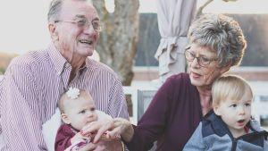 Mor/farföräldrar med barnbarn