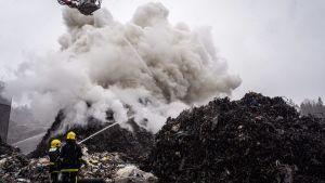 Pelastuslaitos sammuttamassa jäteaseman paloa Tampereen Ruskossa.