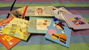 en hög med barnböcker
