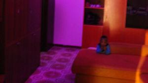 En liten pojke på en soffa.