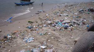 Sandstrand i Nha Trang, Vietnam, full med plast och annat skräp. Ett vattenreningsverk planeras i Nha Trang, men har inte byggts ännu.