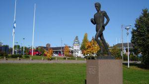 Lasse Viréns staty i Mörskom
