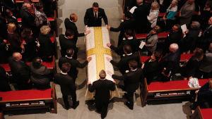 Barbara Bush kista bärs in i kyrkan