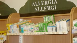 Apotekshylla med allergimediciner