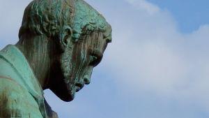 Aleksis Kiven patsas.