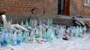 Skolruinen i Beslan ut vintern 2005. Man ställde vattenflaskor i skolruinen eftersom gisslan hade varit så törstig i hettan.