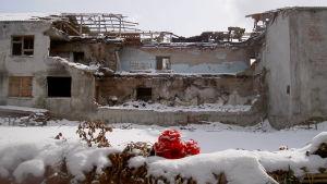 Så här såg skolruinen i Beslan ut vintern 2005