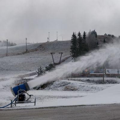 Lumitykki ampuu lunta rinteeseen Jämsän Himoksella.