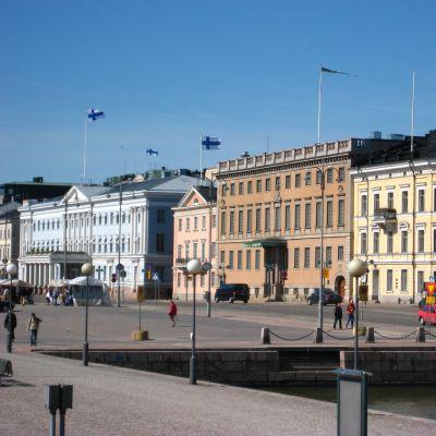 Vy över Salutorget och stadshuset i Helsingfors.