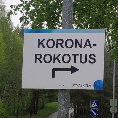 Koronarokotuksesta kertovat opastekyltti Jyväskylän Kuokkalassa.