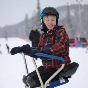 Pojke på speciasnowboard