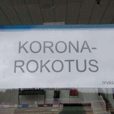 Koronarokotuksesta kertova opastekyltti Jyväskylän Killerillä.