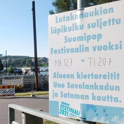 Kyltti Lutakonaukion sulkemisesta Suomipop-festivaalin ajaksi.