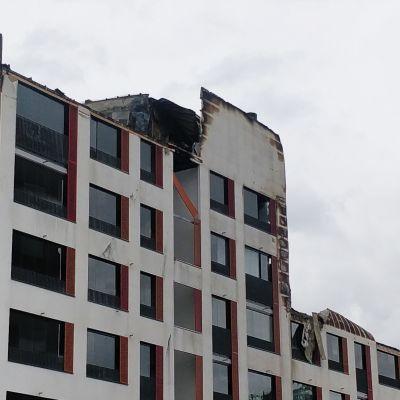 Senioritalon tulipalossa tuhoutuneita kattorakenteita.