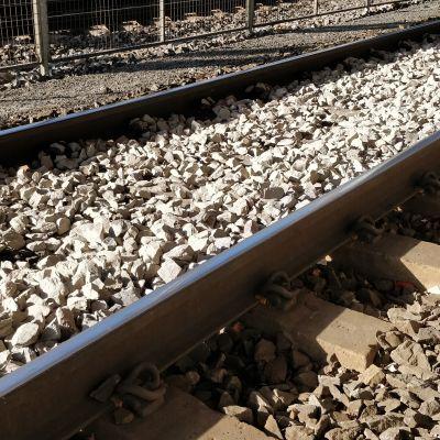 Järnvägsräls över grus.