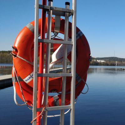 Pelastusrenkaat tikkaisiin kiinnitettyinä Jyväskylän Lutakon satamassa.