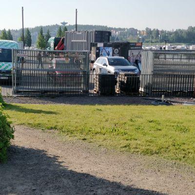 Lutankonaukiolla autoja ja aitoja, alueelle rakentumassa jättiterassi.