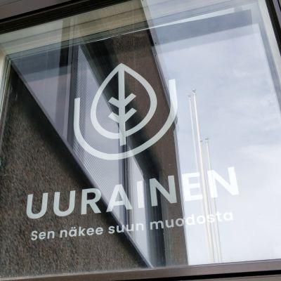 Uuraisten markkinointilause teipattuna Uuraisten kunnanviraston ikkunaan.