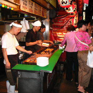 Osakalaisessa katukeittiössä paistetaan mustekalapalloja.