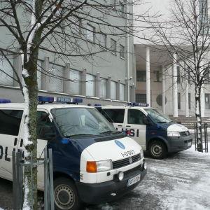 polisbilar utanför polishuset i borgå