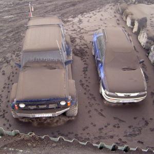 Vulkanaska täcker bilar efter Eyjafjallajökulls utbrott år 2010