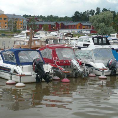 Motorbåtar förtöjda vid en brygga i Borgå å