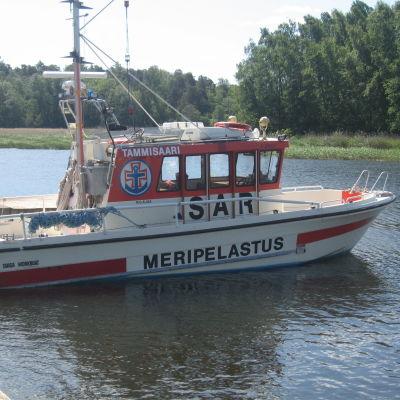 Sjöräddningsbåt förtöjd vid en brygga.