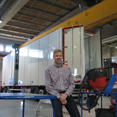 Vd Mikael Eklund och ny släp som går på export