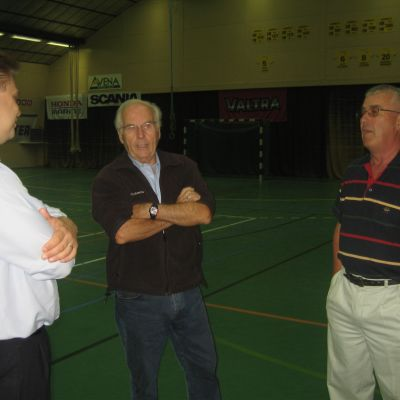 Janne Liimatainen, Frey Karlsson och Mikael Westermarck diskuterar bollhallen i Sjundeå.