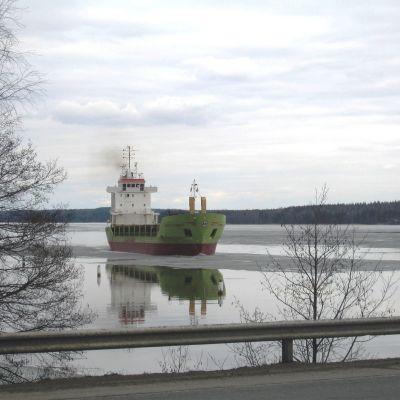 Fartyg i Skuru farled nära broarna i Ekenäs.