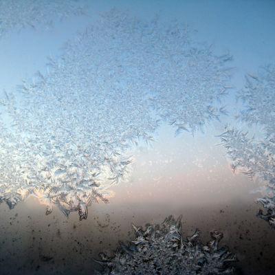 Rimfrost på en fönsterruta.