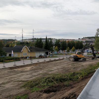 Kaivinkone myllää Jyväskylän sataman parkkipaikkaa uusiksi.