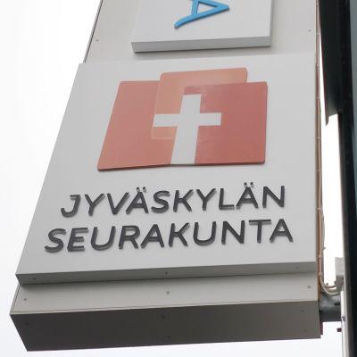 Jyväskylän seurakunnan kyltti seinässä Kilpisenkadulla.