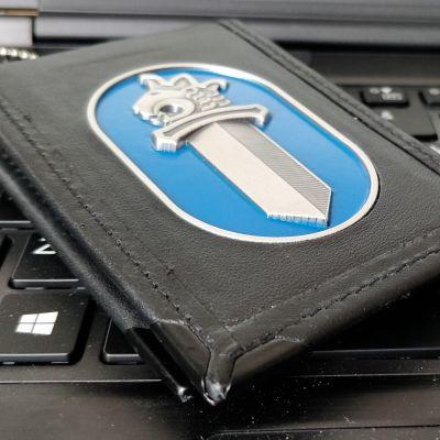 Poliisin virkamerkki tietokoneen näppäimistön päällä.