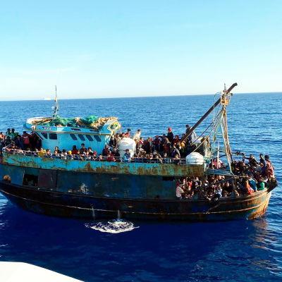 En av de många båtarna som kom till Lampedusa på söndagen.