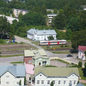 Rälsbussen vid fotgängarövergången mot Kadermogatan i Hangö