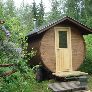 Meidän saunarantamme, jossa on ollut tähän asti ollut savusauna, kota ja kylpytynnyri, täydentyi tänä kesänä isännän itse rakentamalla tynnyrisaunalla. Nyt voi valita nopeasti tai hitaasti lämpiävän saunan aina tilanteen mukaan!